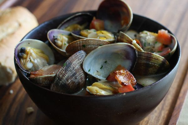 "<strong>Get the <a href=""http://www.steamykitchen.com/7241-beer-steamed-clams-with-bacon-tomatoes.html"" target=""_blank"">Beer"