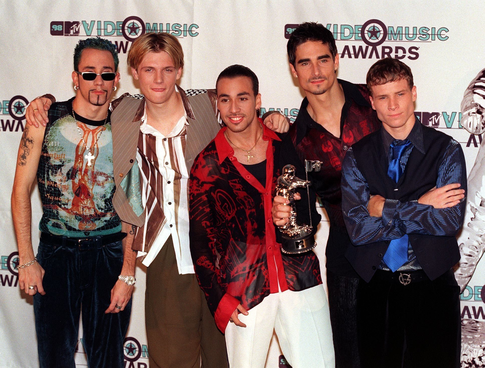 LOS ANGELES, UNITED STATES:  Members of the musical group Backstreet Boys pose after winning the award for Best Group Video for 'Everybody - Backstreet's Back' during the 1998 MTV Video Music Awards in Los Angeles, CA, 10 September.     AFP PHOTO  Vince BUCCI (Photo credit should read Vince Bucci/AFP/Getty Images)