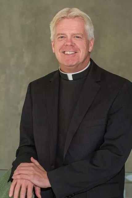 Padre gay demitido pede que papa se encontre com católicos