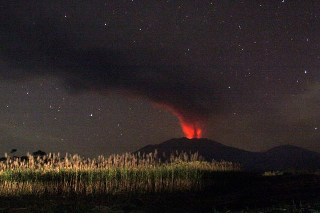 Peru's Ubinas volcano registers large ash emission and MORE 55af9dd6180000250037683b