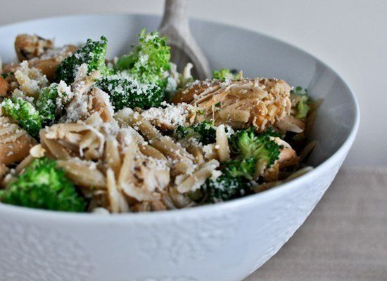 "<strong>Get the <a href=""http://www.howsweeteats.com/2012/01/crockpot-parmesan-garlic-chicken-with-orzo/"" target=""_hplink"">Pa"