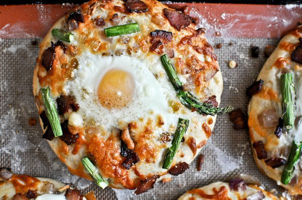 """<strong>Get the <a href=""""http://www.howsweeteats.com/2012/05/bacon-egg-asparagus-personal-pizzas/"""">Bacon, Egg And Asparagus P"""