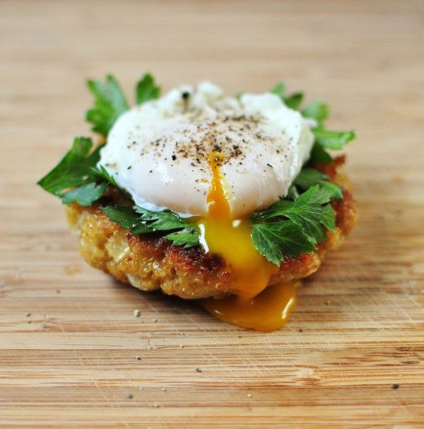 "<strong>Get the <a href=""http://www.versesfrommykitchen.com/2011/05/quinoa-cakes-with-poached-egg-and-parsley.html"" target=""_"