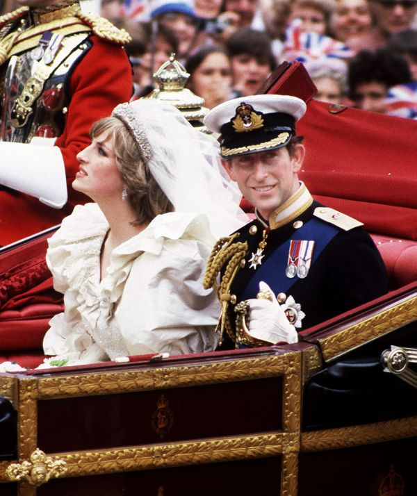 She Wears A Wedding Dress By David And Elizabeth Emanuel The Spencer Family Tiara Princess Diana
