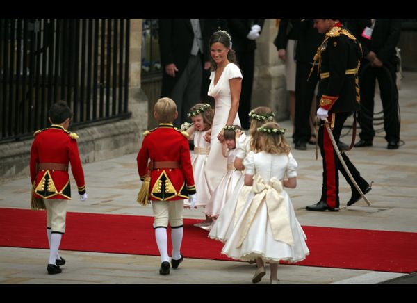 Pippa Middleton arrives with the flowers girls and page boys at  Westminster Abbey.  (AFP photo)