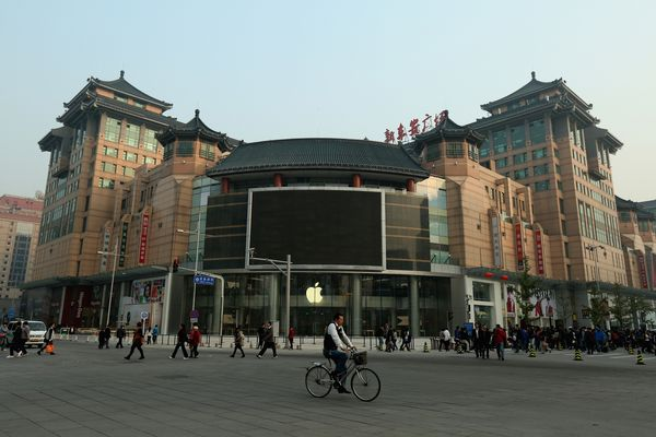 ThisApple Store opened in 2012. The surrounding area is an outdoor food and night marketthat has been around&nbsp