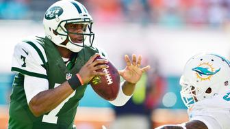 MIAMI GARDENS, FL - DECEMBER 28:  Quarterback Geno Smith #7 of the New York Jets scrambles during a game against the Miami Dolphins at Sun Life Stadium on December 28, 2014 in Miami Gardens, Florida.  (Photo by Ronald C. Modra/Sports Imagery/ Getty Images)