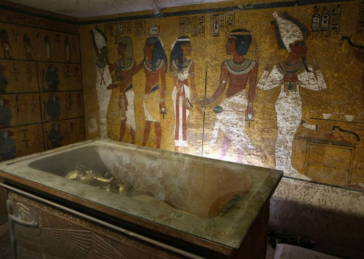 Archaeologist Nicholas Reeves believes a hidden door in the wall beyond King Tut'ssarcophagus leads to Queen Nefertiti'