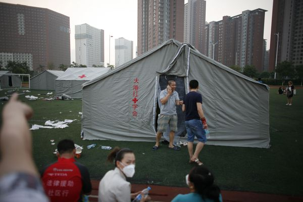 Evacuees stay at a primary school in Tianjin on Aug.13, 2015.