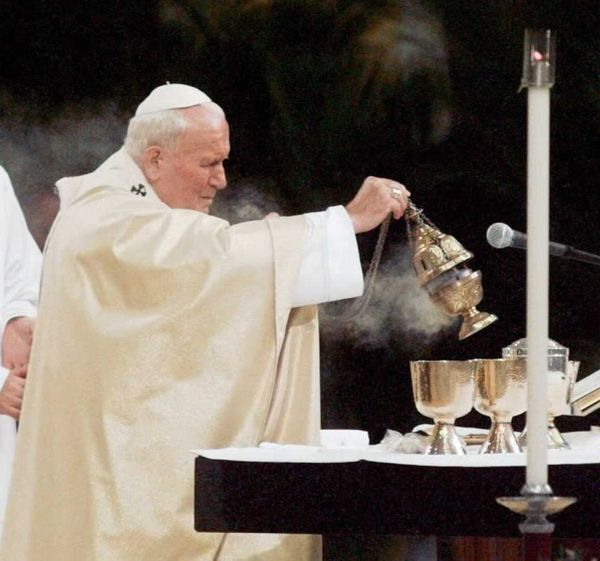 Pope John Paul II prepares communion during an outdoor Mass in New York's Central Park, Oct., 7, 1995.