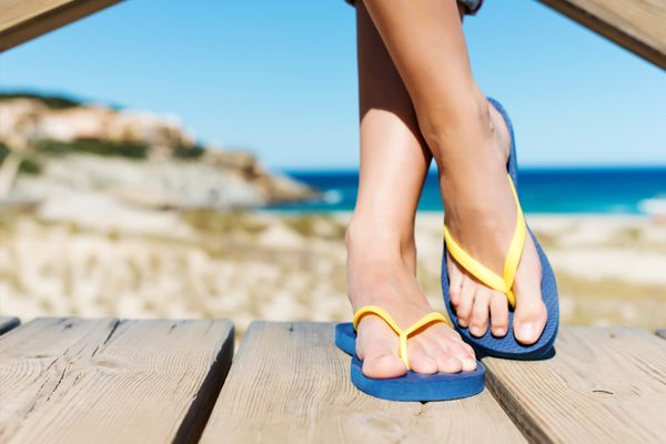 "<a href=""http://www.huffingtonpost.com/2013/07/11/flip-flops-foot-problems_n_3569222.html"">Over-wearing this summertime stapl"