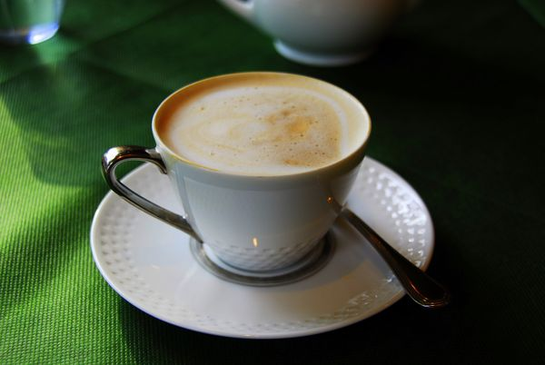 Traditional cafe au laits are essentially equal parts<strong>brewedcoffee and steamed milk.</strong>To spic