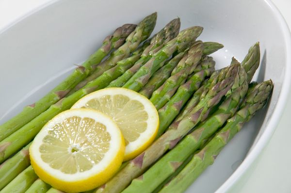"<a href=""http://www.huffingtonpost.com/2014/10/31/asparagus-pee_n_6077006.html"">These green stalks</a> are rich in gluta"
