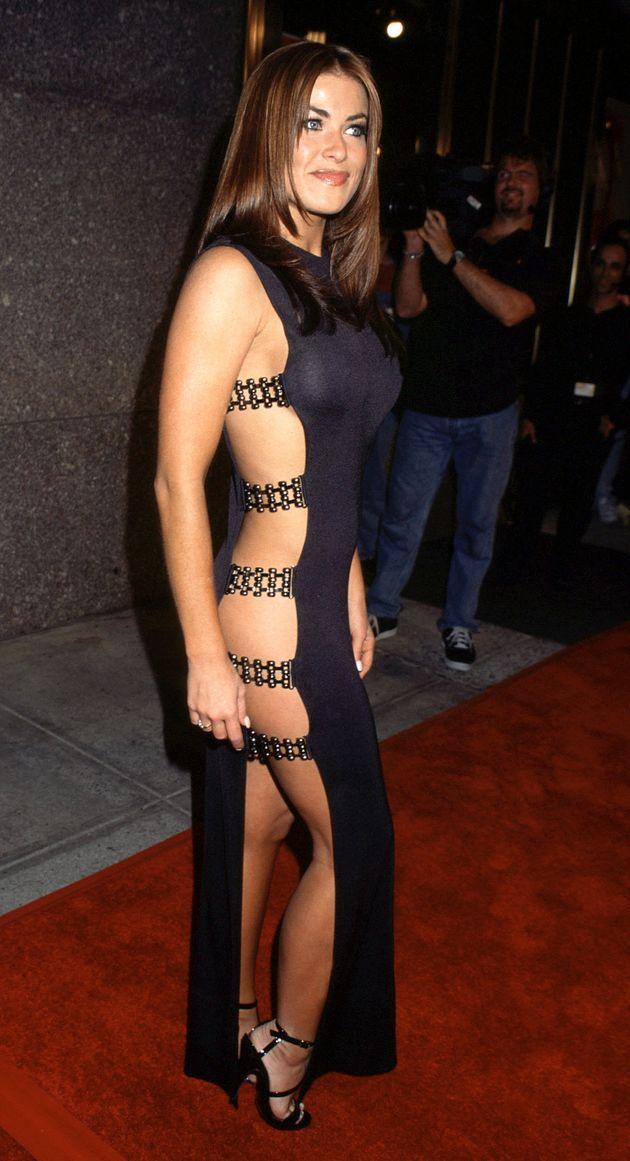 Váy khoét dọc thân táo bạo của nữ diễn viên Carmen Electra tại lễ trao giải MTV năm 1997