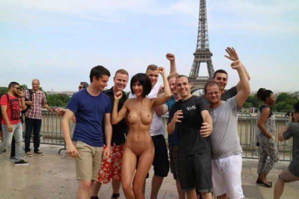 Controversial performance artist Milo Moiré took selfies with tourists for her latest work.