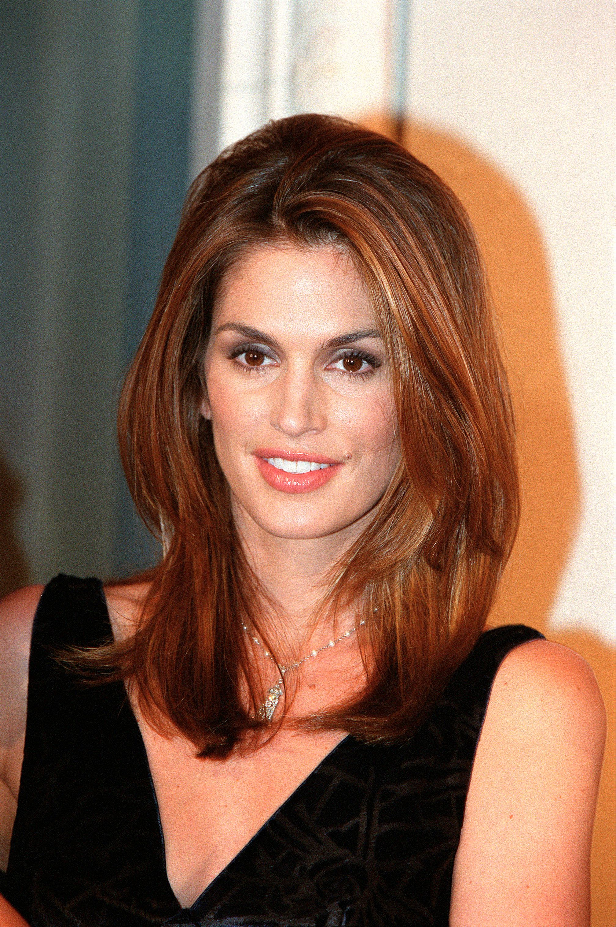 FRANCE - NOVEMBER 29:  Cindy Crawford presents new Omega watch in Paris, France on November 29, 1999.  (Photo by Pool BENAINOUS/SCORCELLETTI/Gamma-Rapho via Getty Images)