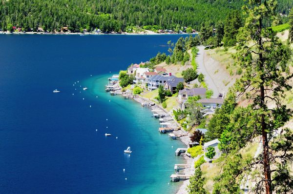 """<a href=""""http://www.homeaway.com/vacation-rentals/washington/lake-chelan/r8595"""">Rent a room</a>on this stunning lakesho"""