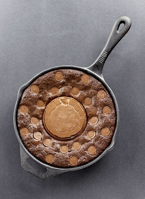 "<strong>Get the <a href=""http://www.thekitchenmagpie.com/giant-reeses-pb-cup-skillet-brownie#_a5y_p=1104634"" target=""_blank"">"