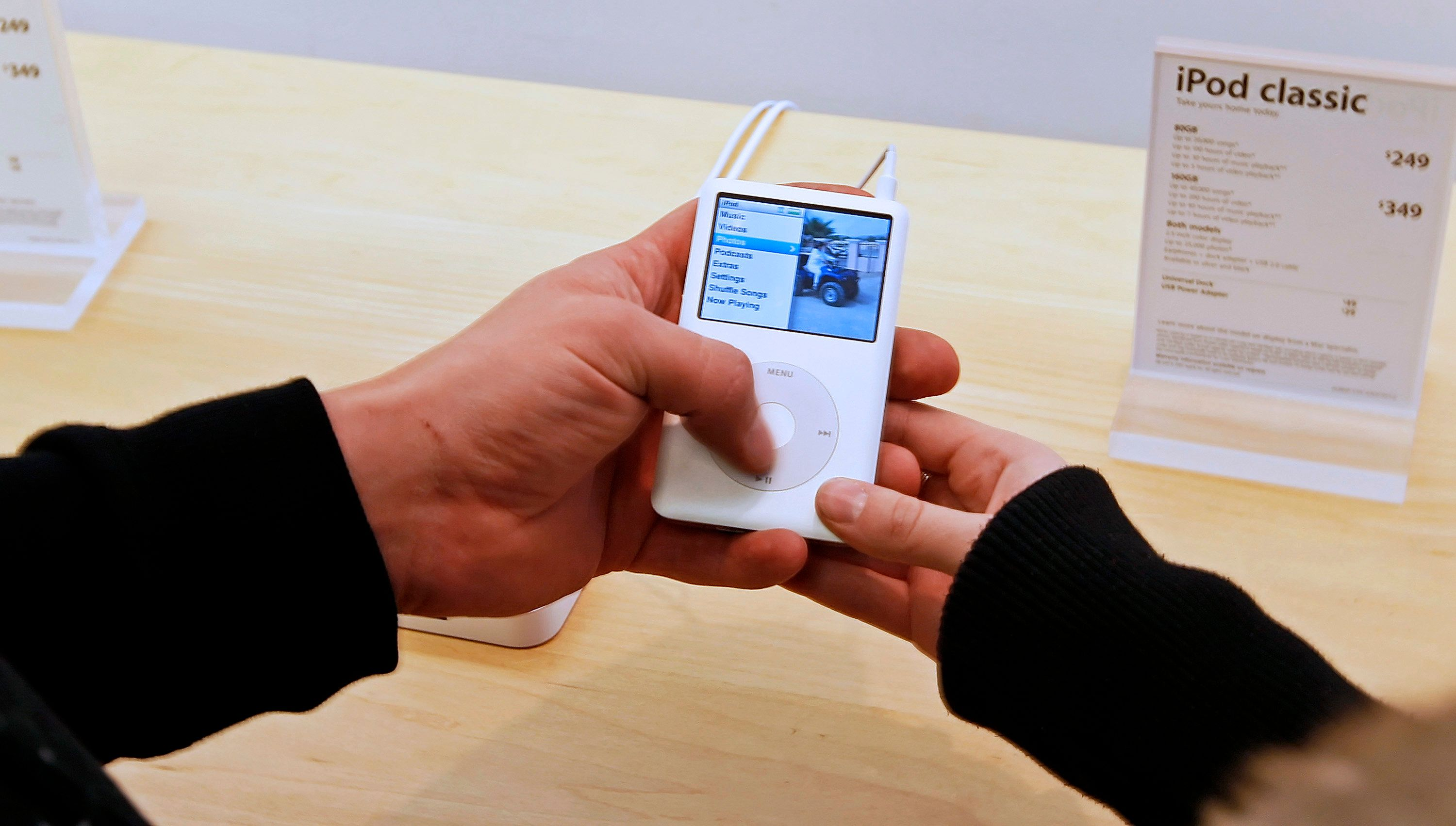 UNITED STATES - OCTOBER 20:  Customers Michael, left, and Teresa Hamilly display an Apple iPod Classic portable media device at an Apple Store in Salt Lake City, Utah, U.S., on Saturday, Oct. 20, 2007. Apple Inc. fourth-quarter profit jumped 67 percent, topping analysts' estimates, on soaring demand for the Macintosh computer, the iPhone handset and new iPods. The shares rose in extended trading.  (Photo by F/Bloomberg via Getty Images)