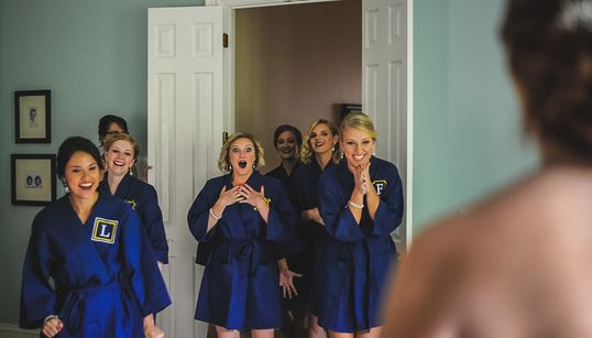 19 fotos de casamento que captam a surpresa das amigas da noiva