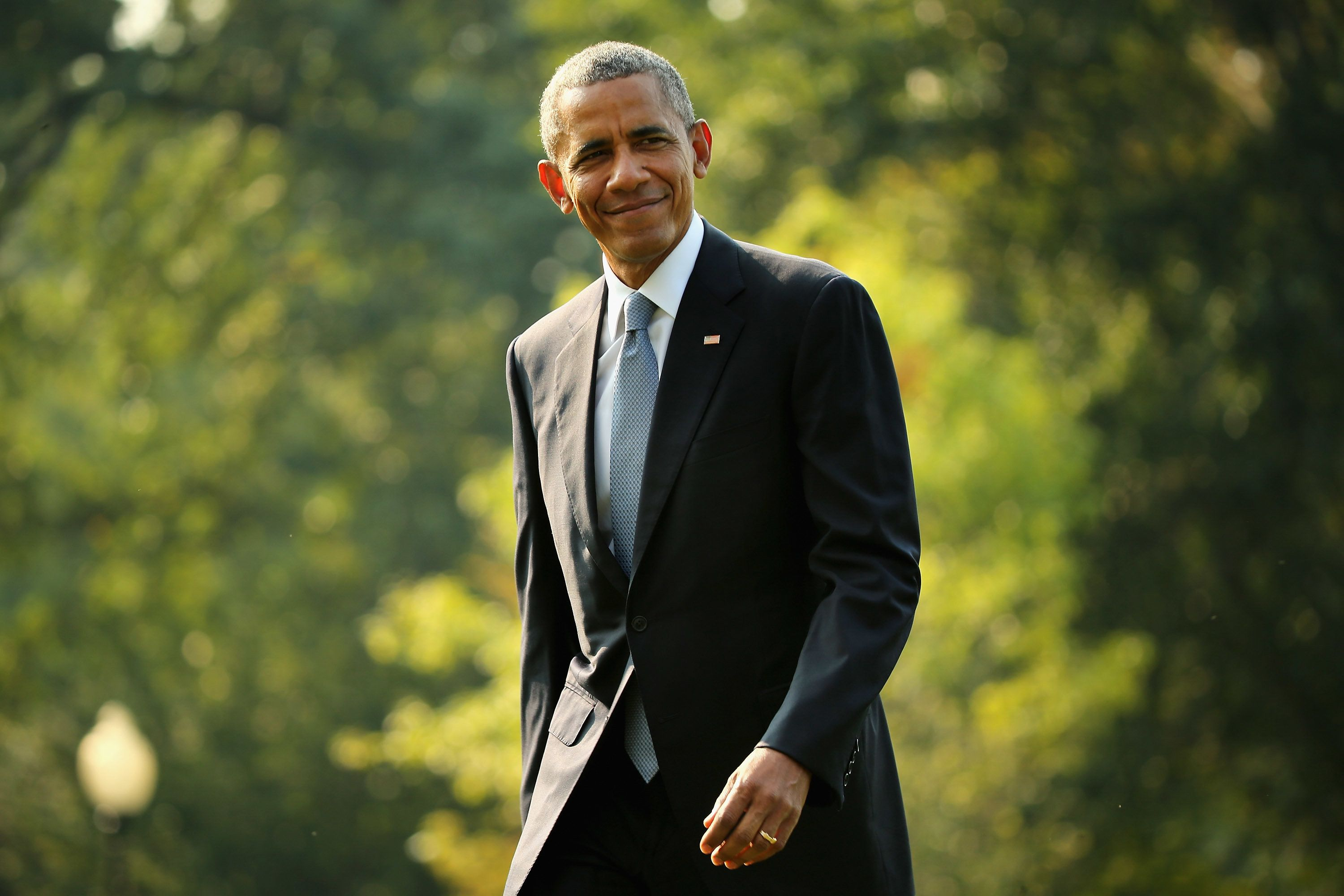 WASHINGTON, DC - SEPTEMBER 03: U.S. President Barack Obama waves to reporters after returning to the White House on board Marine One September 3, 2015 in Washington, DC. Obama spent three days in Alaska this week where he became the first sitting president to go to the Arctic Circle. (Photo by Chip Somodevilla/Getty Images)