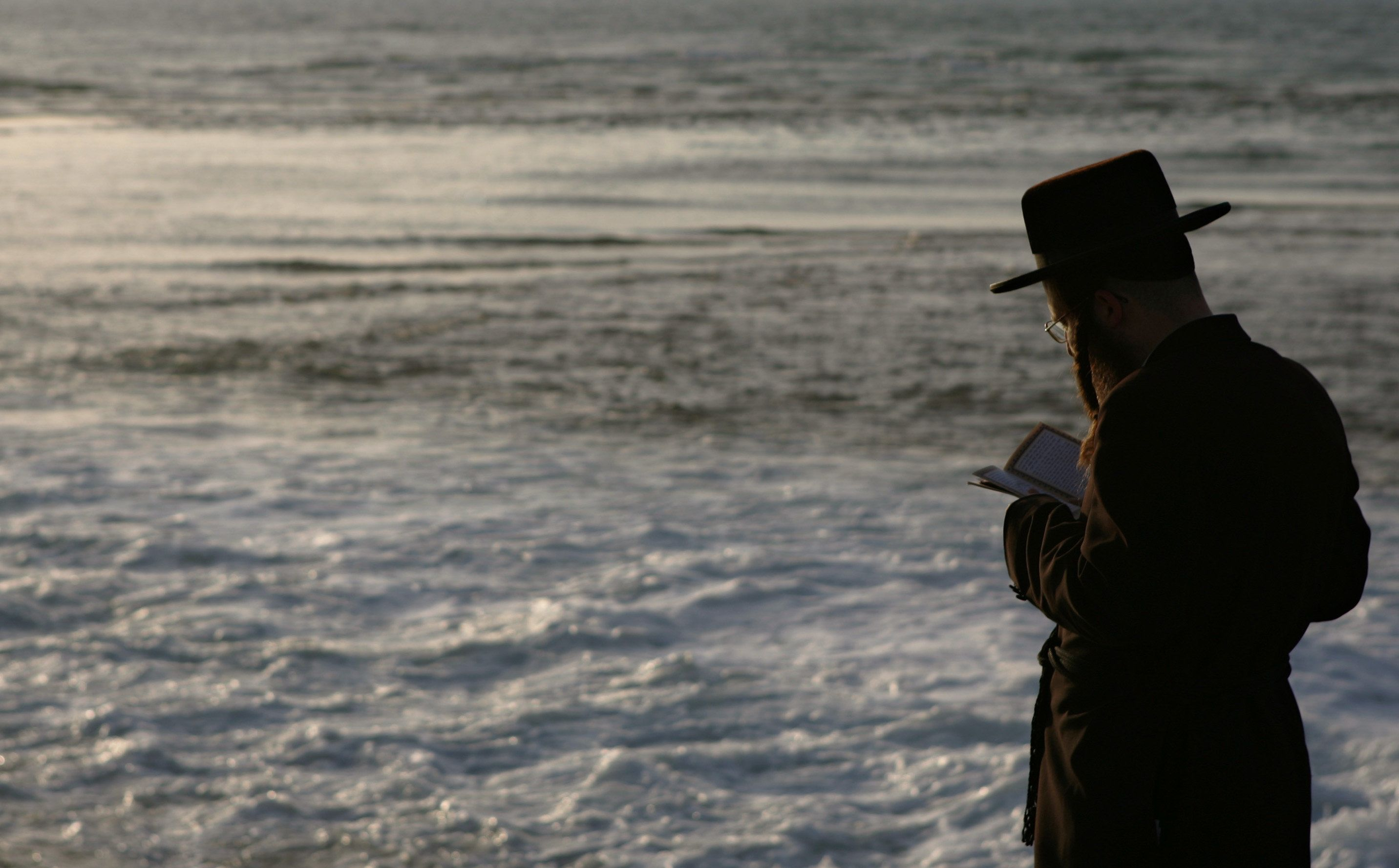 An ultra-Orthodox man prays at Tel Aviv's beachfront, Israel, Thursday, Sept. 28, 2006. Yom Kippur, which means the Day of Atonement, the holiest day in the Jewish calendar falls on Monday, Oct. 2. (AP Photo/Ariel Schalit)