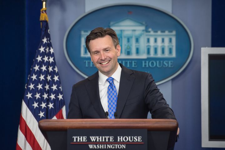 White House press secretary Josh Earnest said the decision on lifting the crude oil export ban should be left to the Commerce
