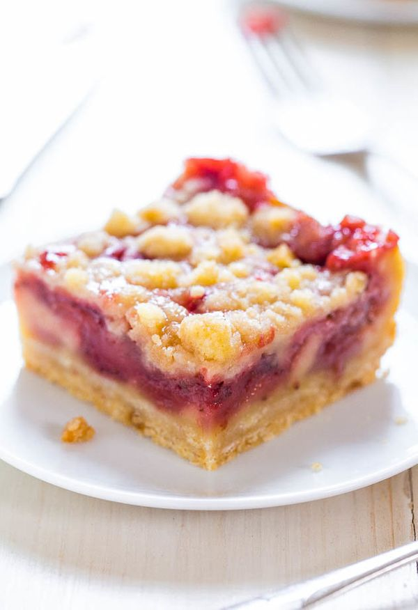 "<strong>Get the <a href=""http://www.averiecooks.com/2014/07/strawberry-lemonade-bars.html"" target=""_blank"">Strawberry Lemonad"