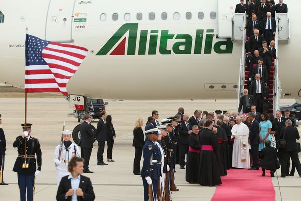 JOINT BASE ANDREWS, MD - SEPTEMBER 22:  Pope Francis shakes hands with Vice President Joe Biden along with U.S. President Bar