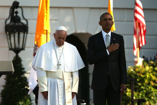 WASHINGTON, DC - SEPTEMBER 23: (L-R) Pope Francis and U.S. President Barack Obama stands for the national anthem of the Unite