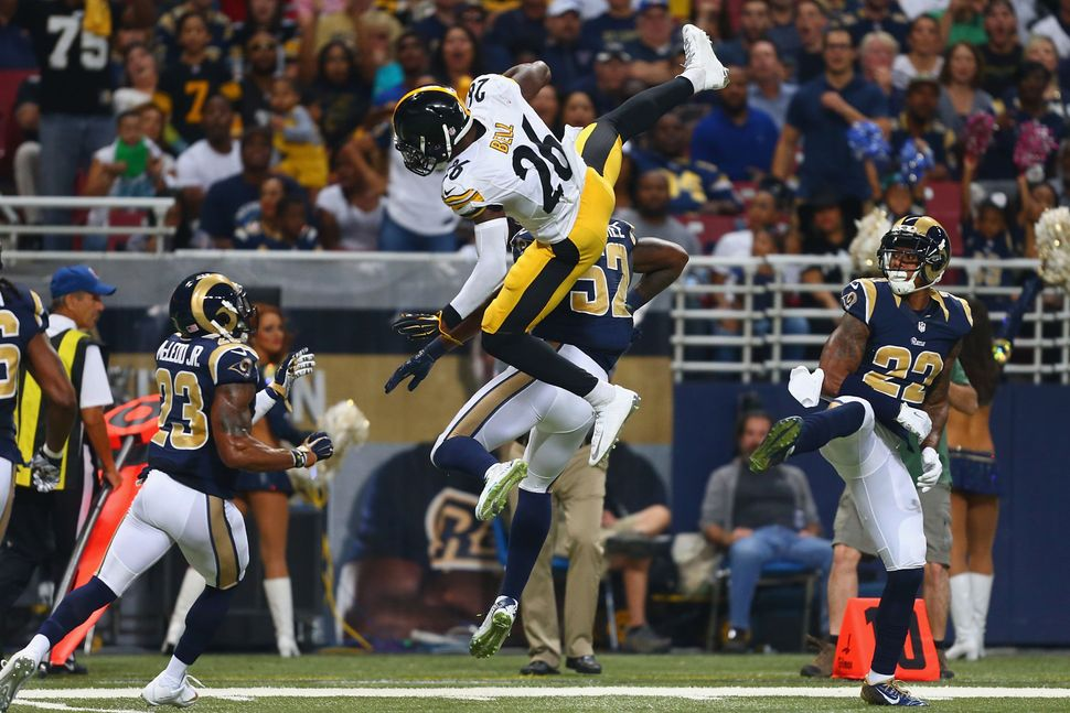 ST. LOUIS, MO - SEPTEMBER 27: Le'Veon Bell #26 of the Pittsburgh Steelers is tackled by Alec Ogletree #52 of the St. Louis Ra