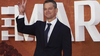 US actor Matt Damon poses for photographers as he arrives for the European premiere of 'The Martian' in London's Leicester square on September 24, 2015.  AFP PHOTO / NIKLAS HALLE'N        (Photo credit should read NIKLAS HALLE'N/AFP/Getty Images)