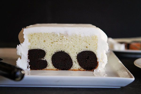 """<strong>Get the <a href=""""http://iambaker.net/boo-surprise-inside-cake-tutorial/"""" target=""""_blank"""">Skull Cake With A Surprise I"""