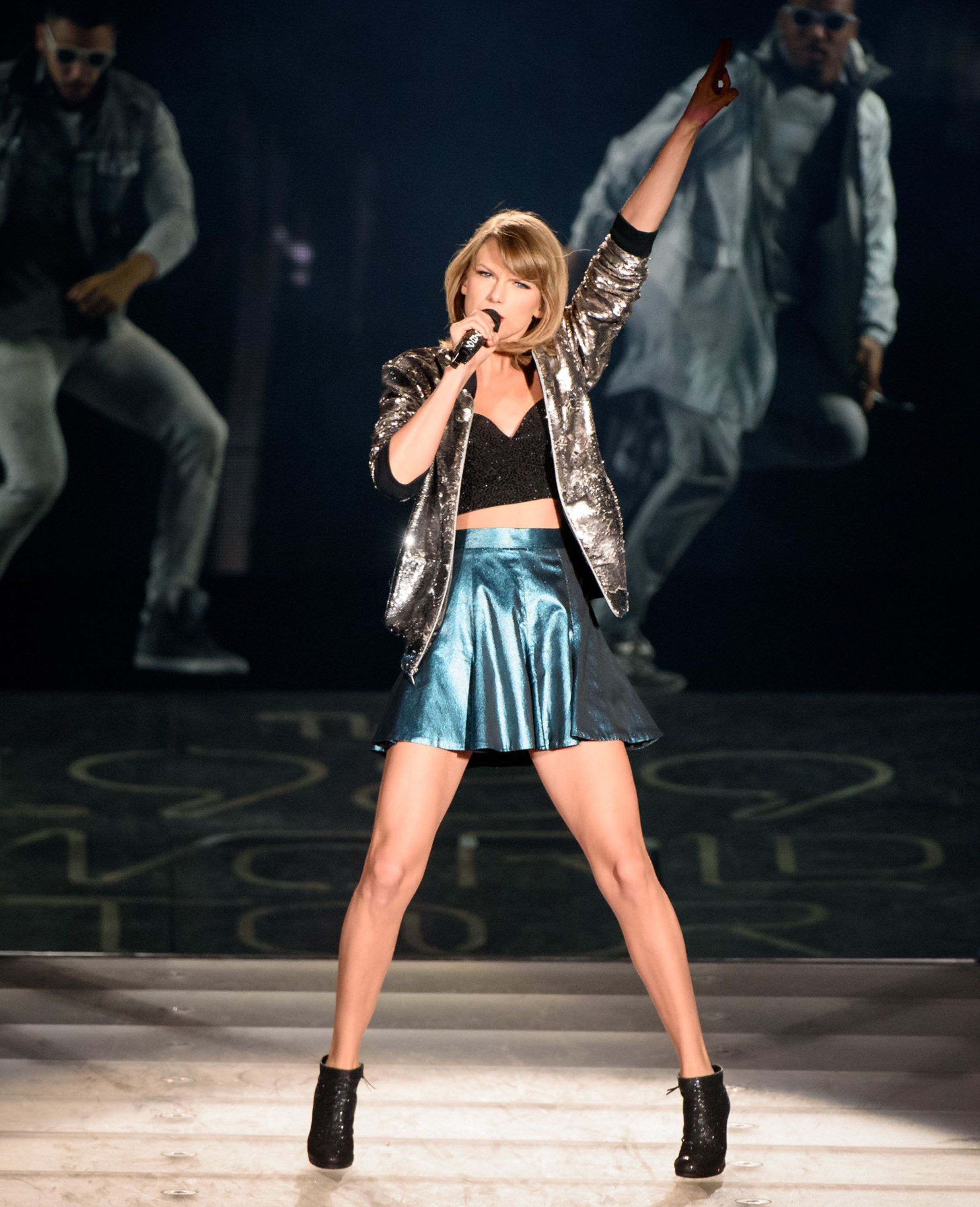 TORONTO, ON - OCTOBER 03:  Taylor Swift performs onstage during the 1989 World Tour Live in Toronto - Night 2 at Rogers Center on October 3, 2015 in Toronto, Canada  (Photo by George Pimentel/LP5/Getty Images for TAS)