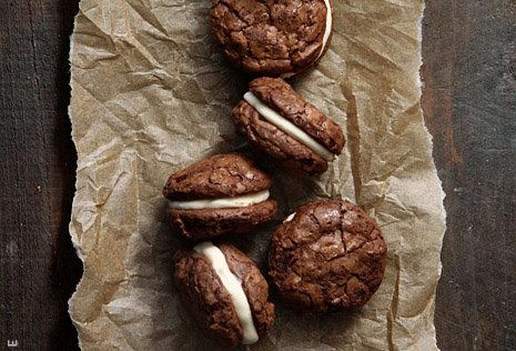 "<strong>Get the <a href=""http://www.bakersroyale.com/brownies/brownie-sandwich-cookies-with-salted-caramel-creme-filling/"" ta"