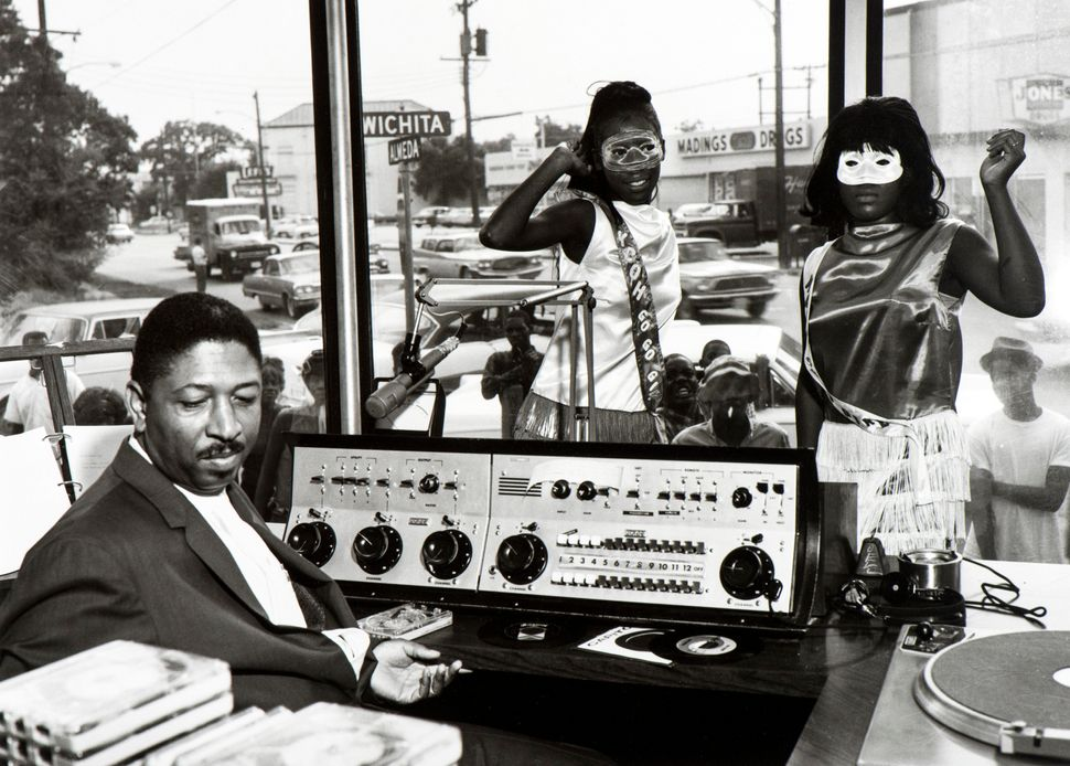 Benny Joseph,<i> KCOH disk jockey Skipper Lee Frazier and go-go girls</i>, Houston, 1965. &copy; Benny Joseph. Courtesy Inter