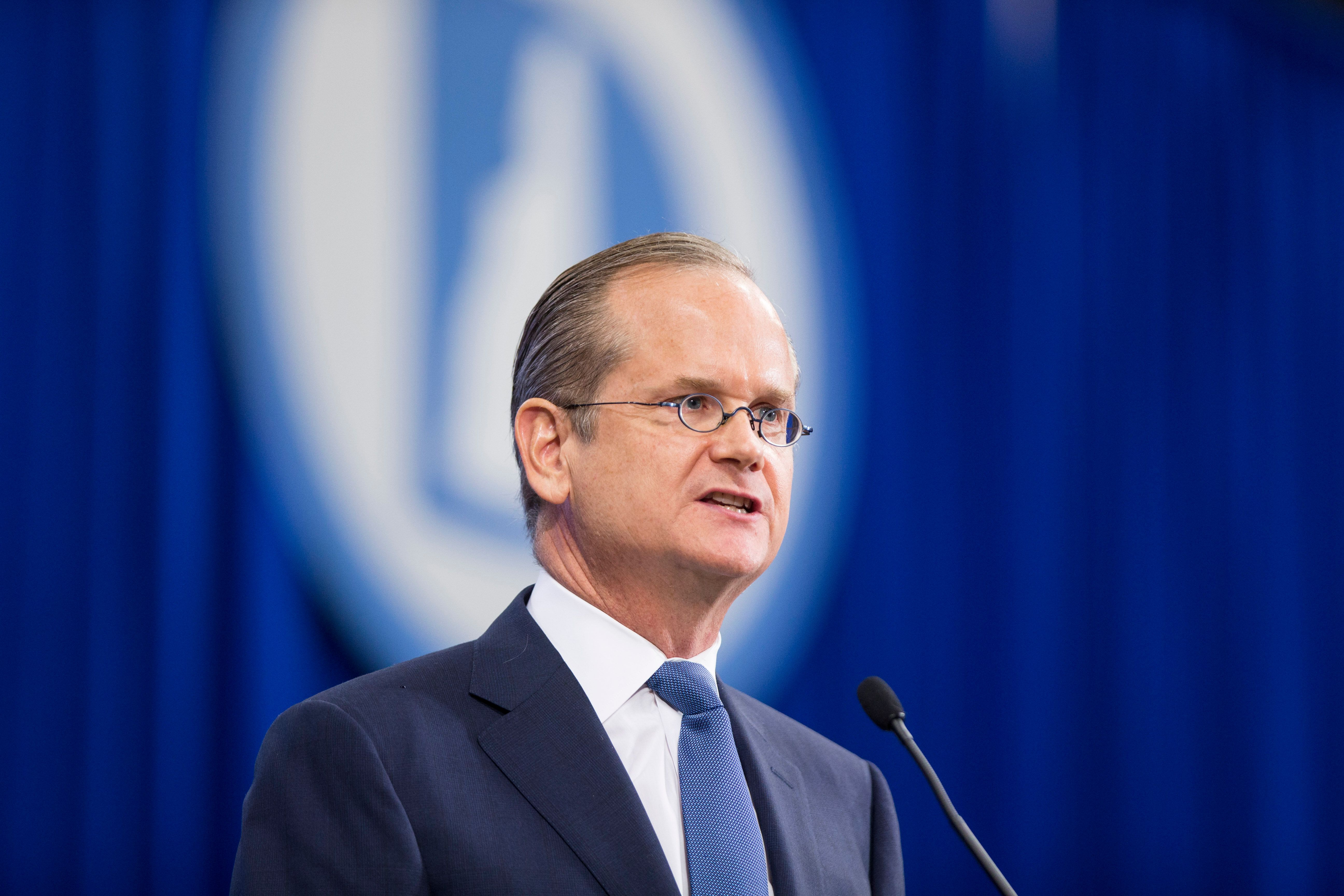 Democratic presidential candidate Lawrence Lessig has decided to withdraw a promise to resign the presidency after passing a