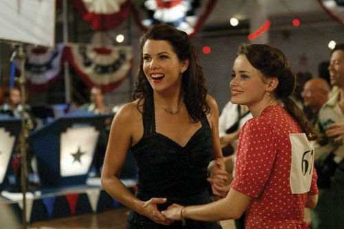 Lorelai e Rory sorridono e ballano insieme durante la maratona di ballo.
