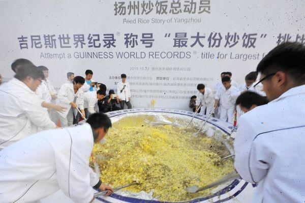 "CNN.com estimates<a href=""http://www.cnn.com/2015/10/26/asia/china-fried-rice-guinness-record/"" target=""_blank""> the record a"