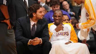 LOS ANGELES - NOVEMBER 8:  Pau Gasol #16 and Kobe Bryant #24 of the Los Angeles Lakers share a laugh on the bench during a game against the New Orleans Hornets at Staples Center on November 8, 2009 in Los Angeles, California. NOTE TO USER: User expressly acknowledges and agrees that, by downloading and/or using this Photograph, user is consenting to the terms and conditions of the Getty Images License Agreement. Mandatory Copyright Notice: Copyright 2009 NBAE (Photo by Andrew D. Bernstein/NBAE via Getty Images)