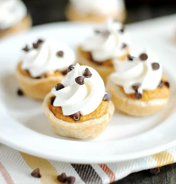 "<strong>Get the <a href=""http://www.somethingswanky.com/mini-chocolate-chip-pumpkin-pies/"">Mini Chocolate Chip Pumpkin Pie re"