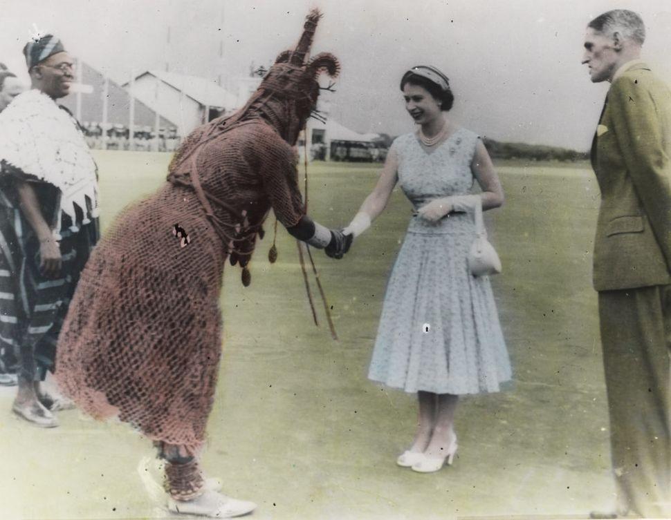 Queen Elizabeth meets the&nbsp;<i>oba.</i>