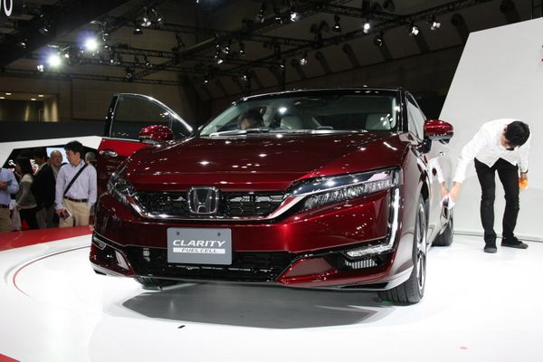 World premiere. A hydrogen fuel cell car scheduled to begin leasing in March 2016. It can travel about 30 milesfarther