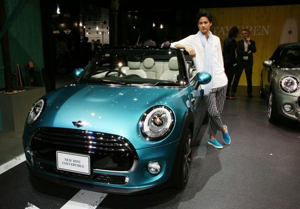 "World premiere. A convertible model of the Mini makes an appearance. Its new ""Caribbean aqua"" color is refreshing to look at."