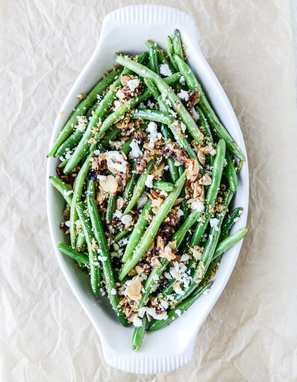 "<strong>Get the <a href=""http://www.howsweeteats.com/2014/11/loaded-skillet-toasted-green-beans/"">Loaded Toasted Green Bean C"