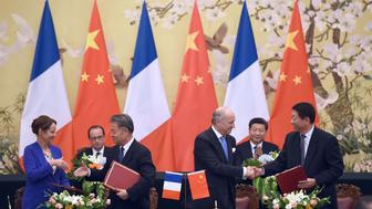 French President Francois Hollande (2ndL) and China's President Xi Jinping (2ndR) attend an agreement session between French environment Minister Segolene Royal (L) and Chinese Transport Minister Chuantang Yang (3rdL) and between French Foreign Minister Laurent Fabius (3rdR) and Chinese Minister for Human Ressources Weimin Yin (R) on November 2, 2015 at the Great Hall of the People in Beijing. China and France agreed November 2 that an international deal to tackle climate change to be negotiated in Paris should include checks on compliance, in what visiting French President Francois Hollande called a 'historic' step forward. AFP PHOTO / STEPHANE DE SAKUTIN        (Photo credit should read STEPHANE DE SAKUTIN/AFP/Getty Images)