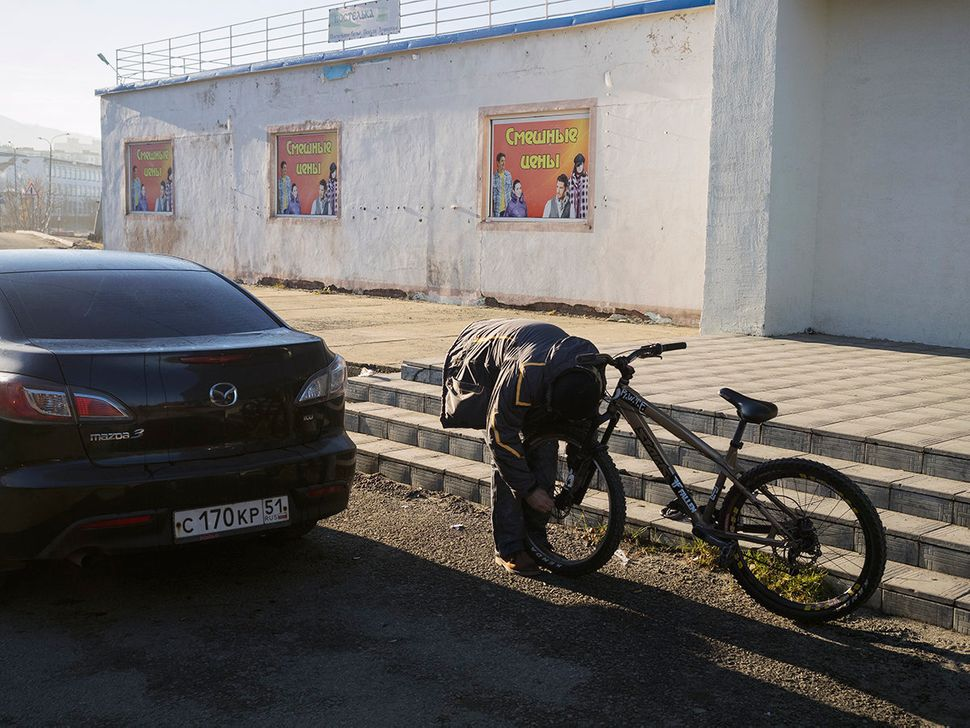 Mansour disassembles his bike so he can load it into the car and take it to the Norwegian border. Everything takes place righ