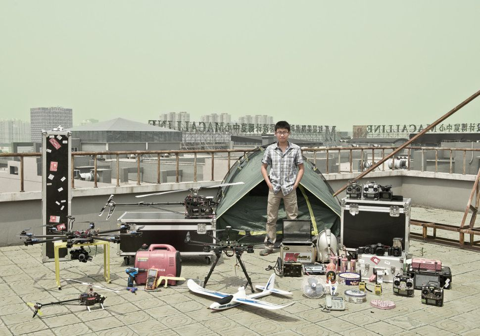 Li Nian, 26, from Beijing is a young entrepreneur and model plane enthusiast. When he was a film choreography major in c