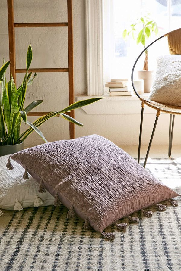 "<i><a href=""http://www.urbanoutfitters.com/urban/catalog/productdetail.jsp?id=35413624&category=A_FURN_BEDDING_THROWS"" ta"