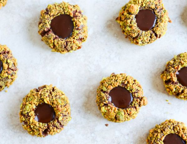 "<strong>Get the <a href=""http://www.howsweeteats.com/2013/12/chocolate-fudge-pistachio-thumbprints/"" target=""_blank"">Chocolat"